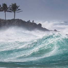 Rough surf hits O'ahu's Waimea Bay